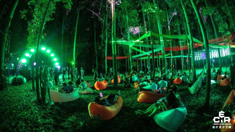 CEA dancefestival China - chillhoek met zitzakken en groen licht in bos