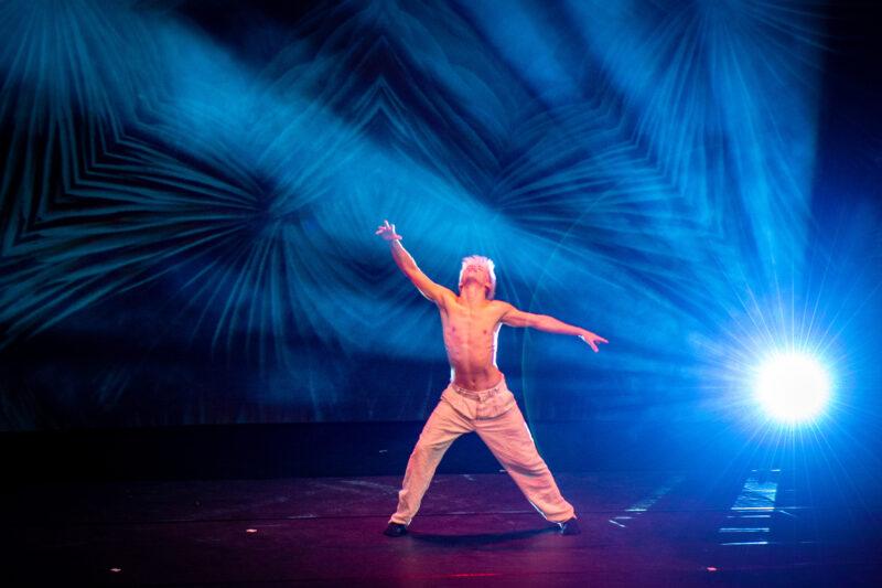 Danser op podium topvrouwen