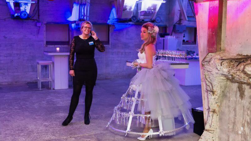 Judith Elshof (JuDid) en champagnedame bij beslist.nl awards