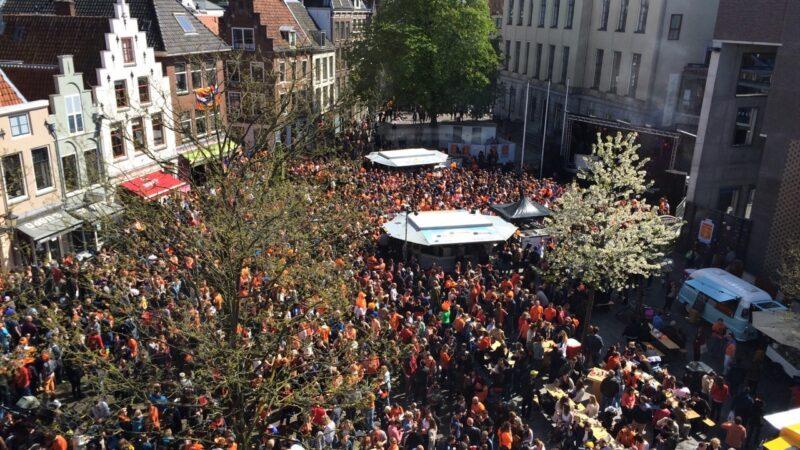 Koningsdag 2015 plein met veel mensen - JuDid