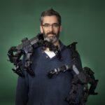 Man met robotarm om zich heen Operation Pandora