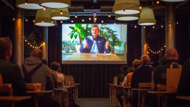 Directeur Ebben Inspyrium spreekt medewerkers toe op film bij Inspyrium