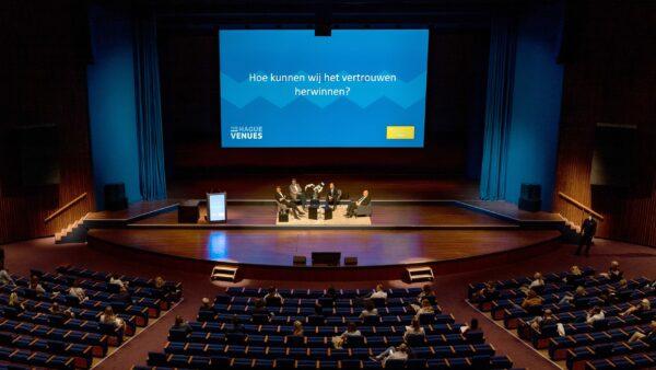 Podium 1,5 afstand zaal (Holland Park Media)