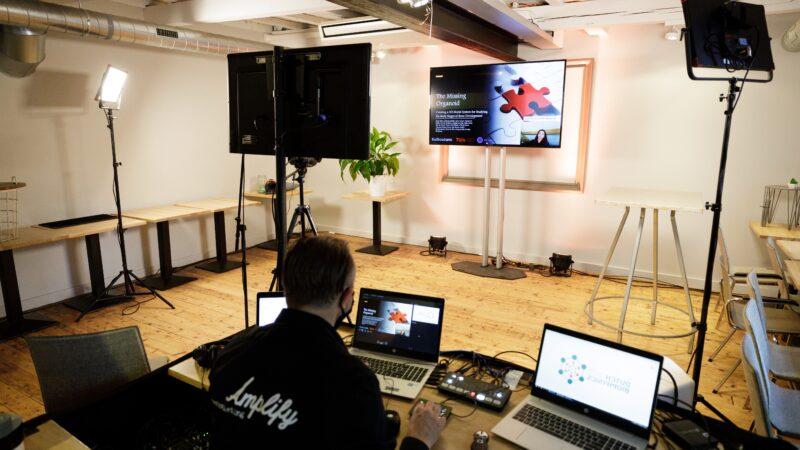 Amplify EventMarketing regieruimte tijdens online event met studio met 1 groot scherm (beeld: Bram Saeys)