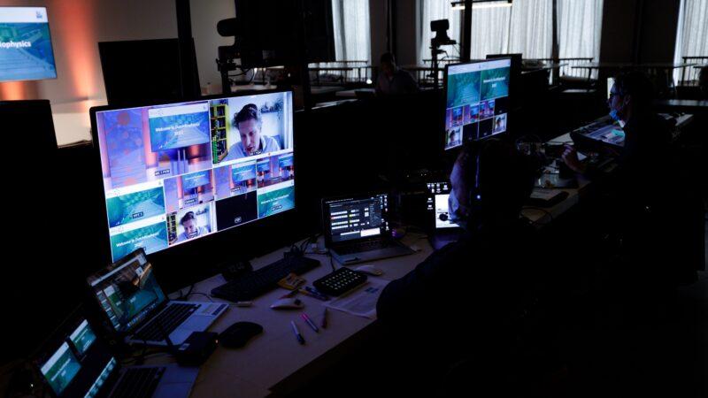 Amplify EventMarketing regieruimte tijdens online event met regisseurs met mondkapjes (Photo: Bram Saeys)