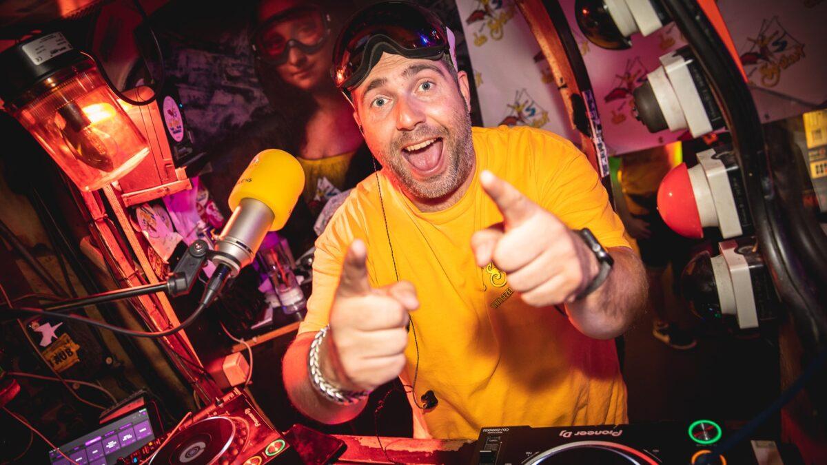 DJ in geel shirt - DJ Laurens - Sfeerhoreca