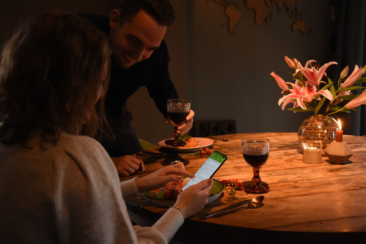 Man en vrouw met wijn en telefoon - Edgeplore