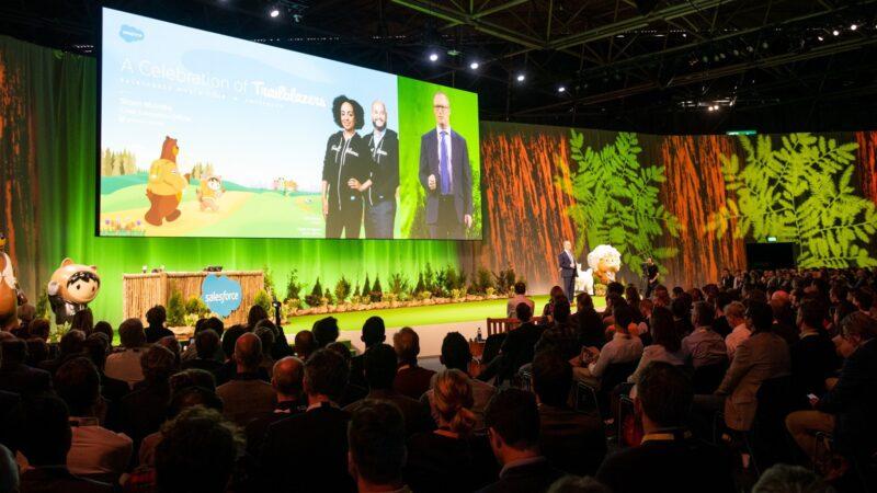Event Salesforce met veel mensen in een zaal met presentatie op groot scherm