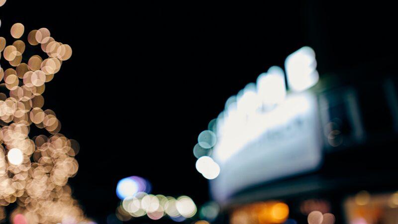 Geblurde foto met daarop een donkere achtergrond en een aantal lichtbronnen Bron- Christopher Werth