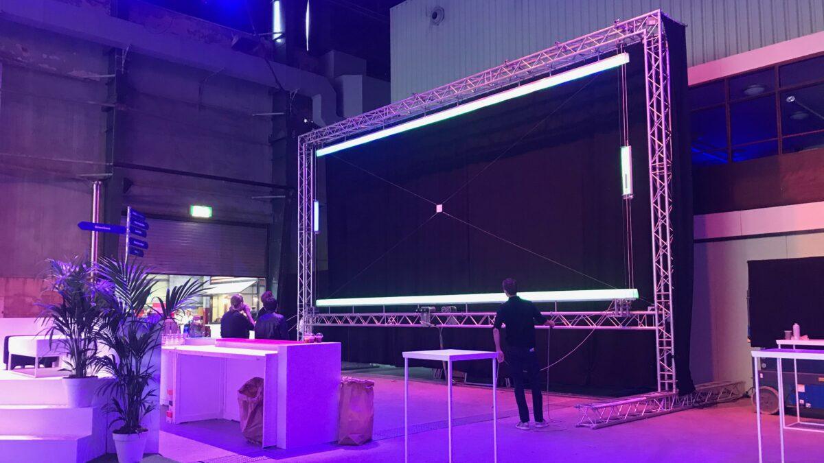 Scherm Digital_Physical_Pong spel op event waarbij bezoekers en online bezoekers een spel samen kunnen doen tijdens een hyrbide event