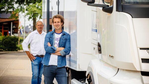 Van essen twee mannen bij vrachtwagen