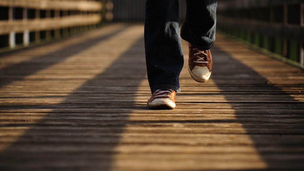 Voeten die lopen op een houten steiger tijdens online energizer (beeld: Andrea Piacqua (Pexels))
