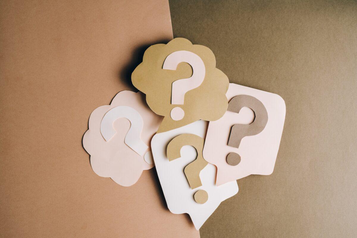 Vraagtekens in bruine kleuren op vel papier