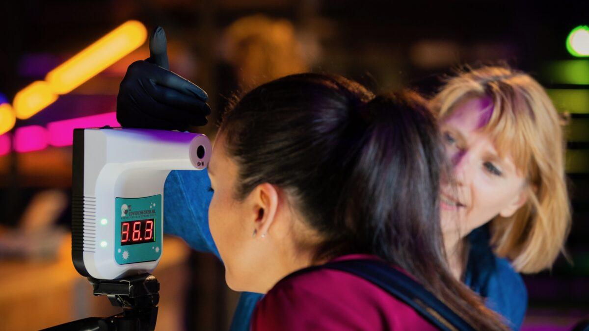 Vrouw wiens temperatuur wordt gemeten bij een event ProjectPlayground (Foto-Floris Heuer)