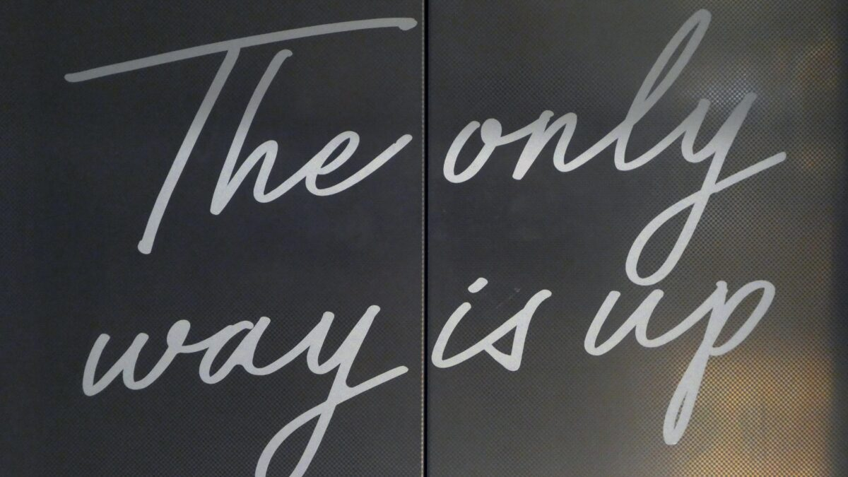letter met tekst the only way is up