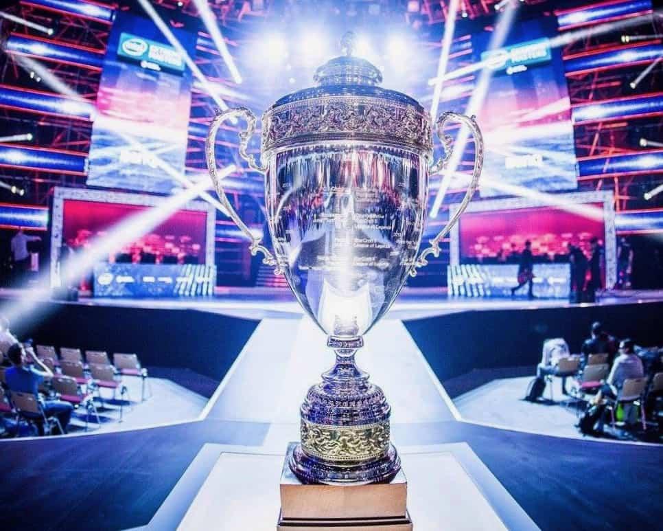 Beker voor winnaar esports toernooi (foto-Live Legends)