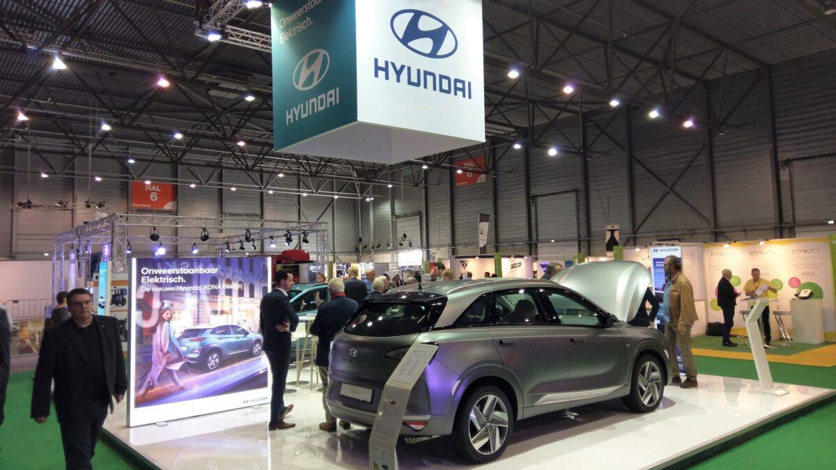 Beursstand Hyundai met grijze auto