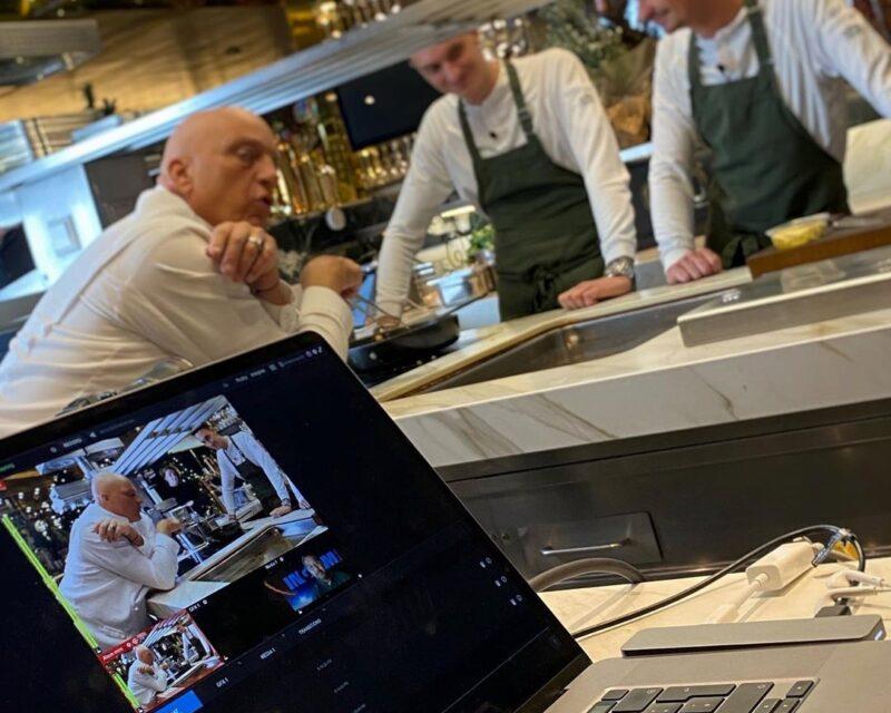 Herman den Blijker en twee koks tijdens kookworkshop GOUD bij De Nieuwe Keuken Van der Linde Catering