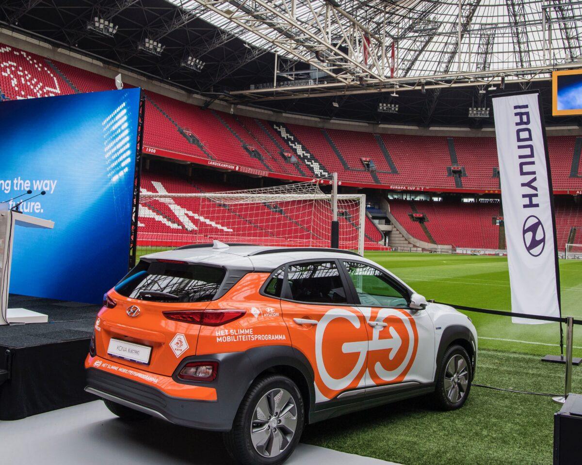 Promo Hyundai in Amsterdam Arena met auto op grasmat