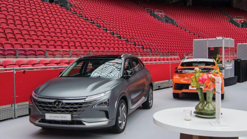 Promo Hyundai in Amsterdam Arena met zilveren en oranje auto