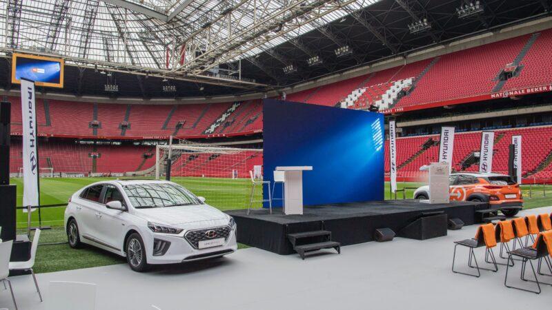 Promo Hyundai in voetbalstadion met podium en twee auto's