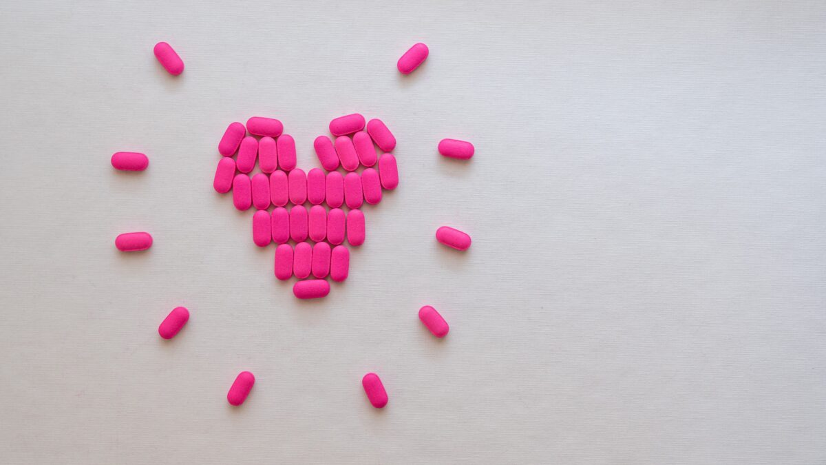 roze medicijnen in hartvorm