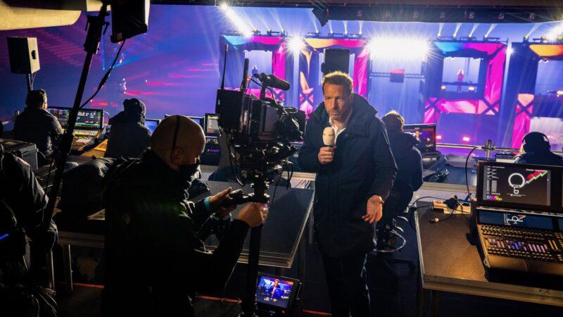 ElectricFireworks-Fjuze-Jaarwisseling-2020-cameraman-en-Herman-van-der-Zanden-voor-NOS-in-Arena (foto-Floris-Heuer)