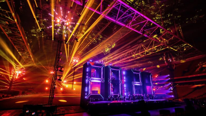 ElectricFireworks-Fjuze-Jaarwisseling-2020-podium-met-letters-2020-en-roze-en-geel-licht-in-Arena (foto-Floris-Heuer)