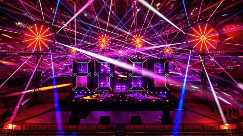 ElectricFireworks-Fjuze-Jaarwisseling-2020-podium-met-lichten-2020-en-lichten-eromheen-in-Arena (foto-Floris-Heuer)