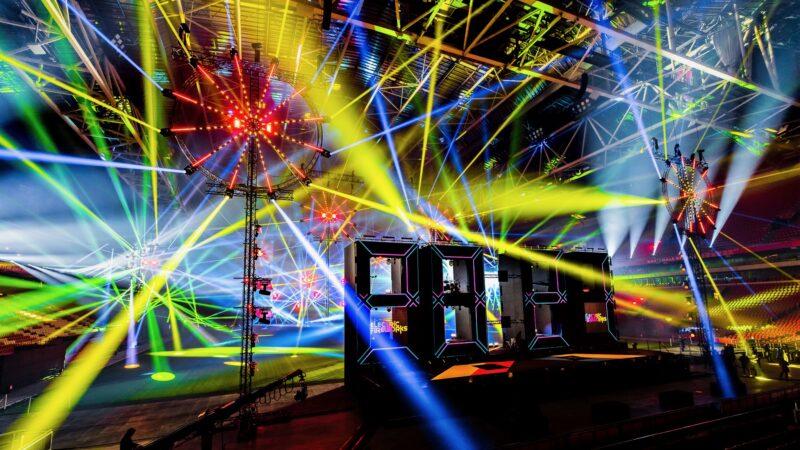 ElectricFireworks-Fjuze-Jaarwisseling-2020-podium-met-lichtshow-in-geel-in-Arena (foto-Floris-Heuer)