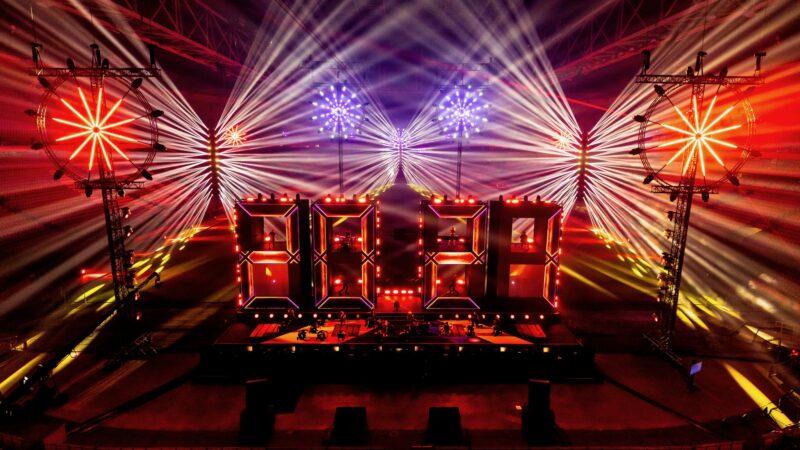ElectricFireworks-Fjuze-Jaarwisseling-2020-podium-met-lichtshow-in-rood-in-Arena (foto-Floris-Heuer)