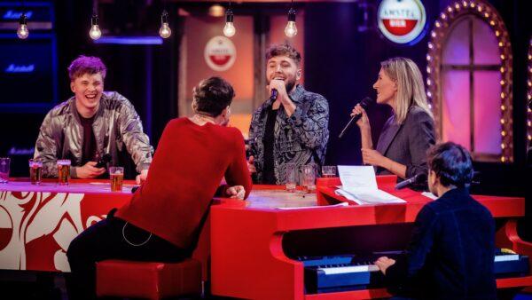 Freek en Suzanne zingen Simon toe tijdens VVAL (foto-Ben Houdijk)