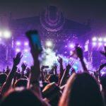 Handen in de lucht tijdens festival