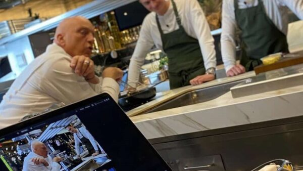 Herman-den-Blijker-en-twee-koks-tijdens-kookworkshop-GOUD-bij-De-Nieuwe-Keuken-Van-der-Linde-Catering