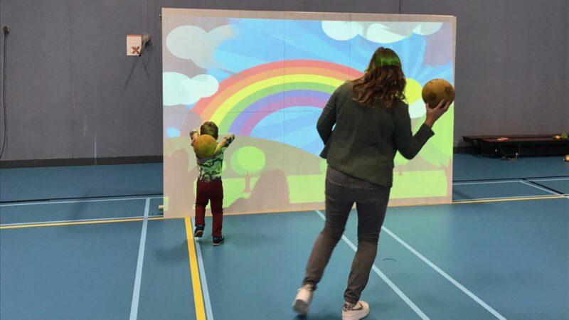 Interactieve spelmuur ballen gooien op regenboog