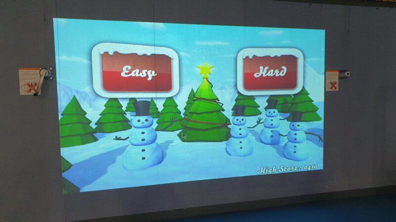 Interactieve spelmuur met spel met sneeuwpoppen