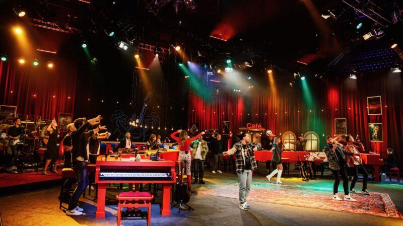 VVAL artiesten die met hun handen zwaaien (foto-Bart Heemskerk)