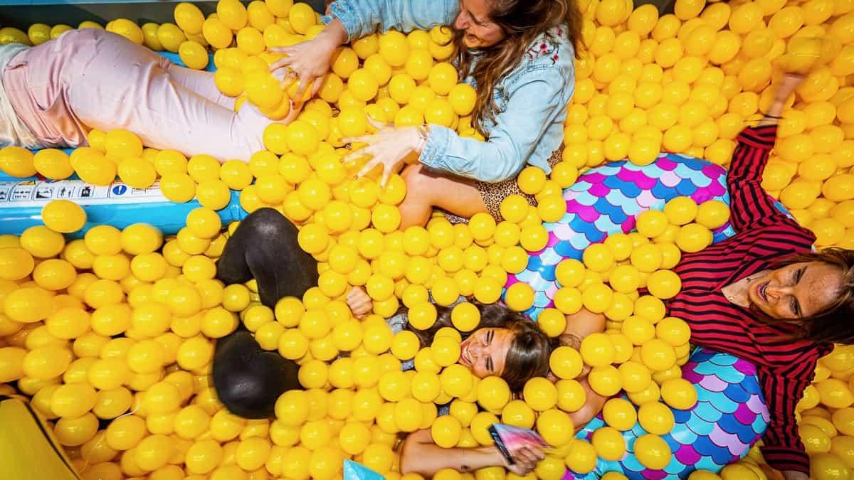 3-vrouwen-in-een-ballenbak-met-gele-ballen-Tychos-Eye-Photography