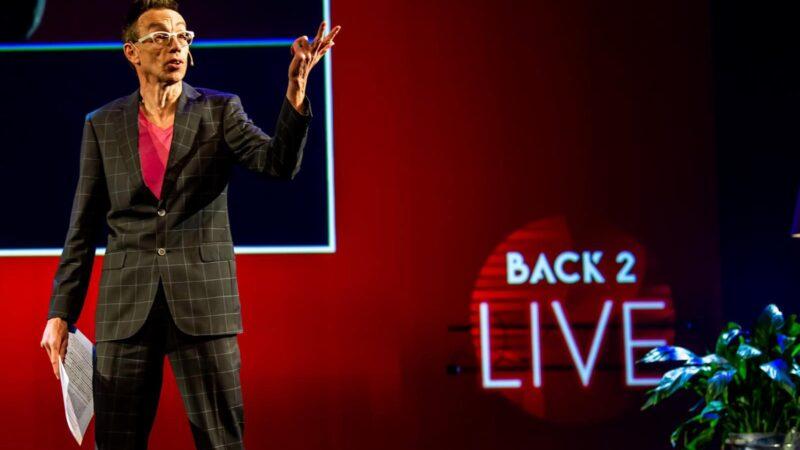 Dolf Jansen tijdens Back 2 Live congres