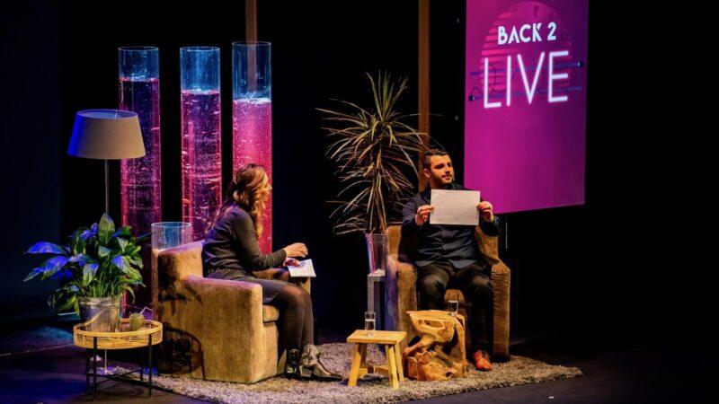 Pauline (presentatrice) en Sako Gatsjatrjan tijdens gesprek bij Back 2 Live