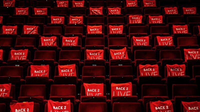 Tasjes van Back 2 Live in een leeg Beatrix Theater