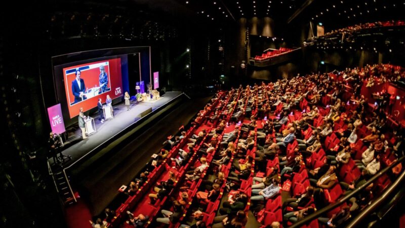Vol Beatrix Theater met sprekers op podium tijdens Back 2 Live congres
