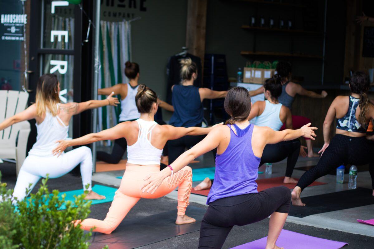 Vrouwen die aan joga doen