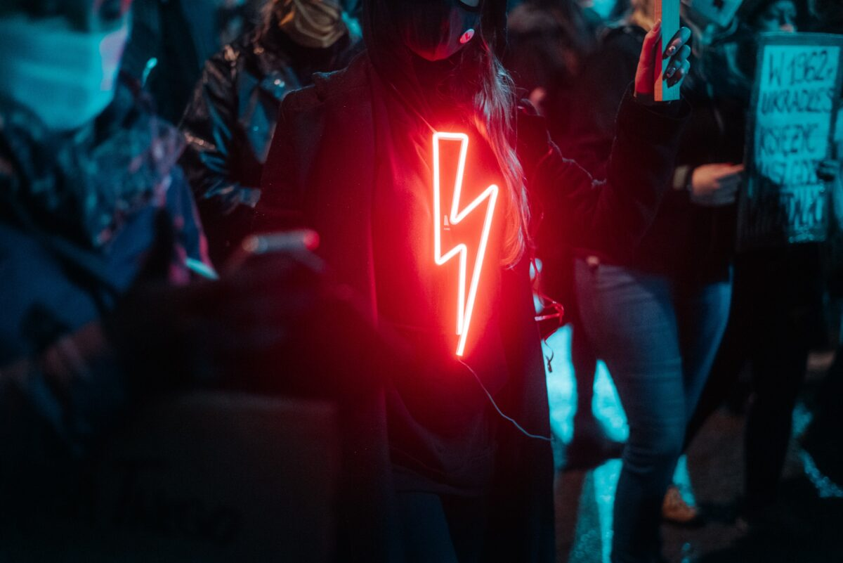 demonstrant met bliksemflits in neon licht