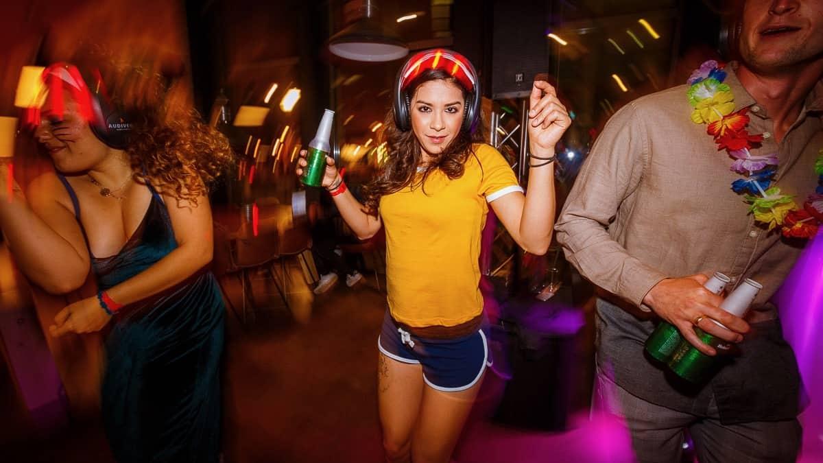back to live leukefeesten.nl dansende vrouw bij Netflix feest (foto: Tycho