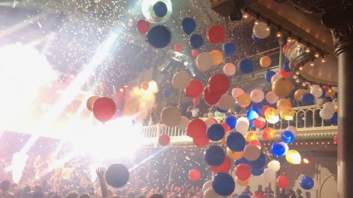 Ballonnen die naar beneden komen tijdens feest