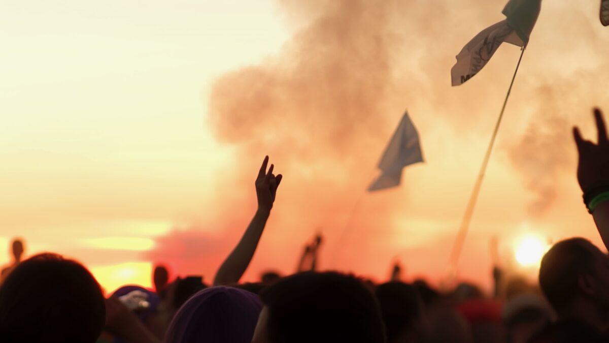 EI Agency - hand in de lucht uit publiek tijdens optreden