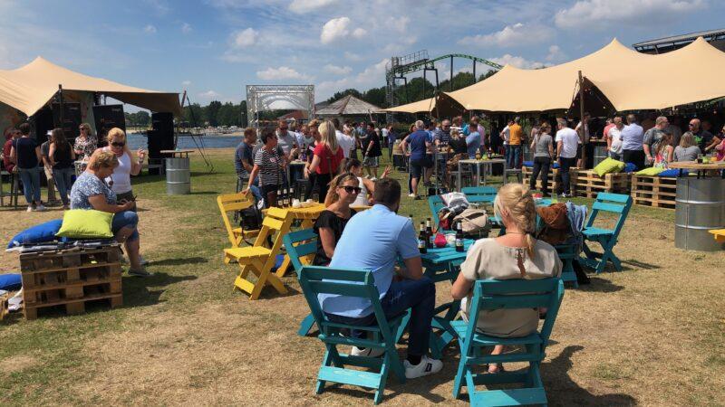 EventZ festivalsetting tijdens event met gekleurde tafeltjes en stoeltjes