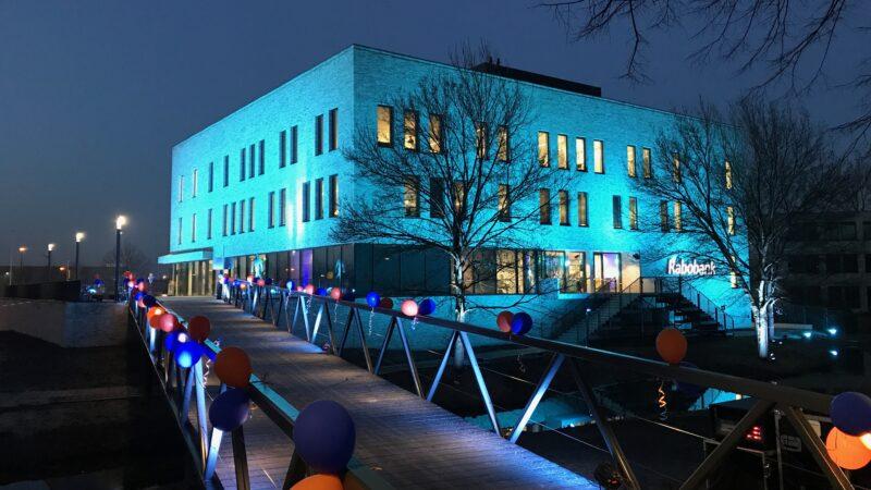 EventZ verlicht gebouw met brug met ballonnen