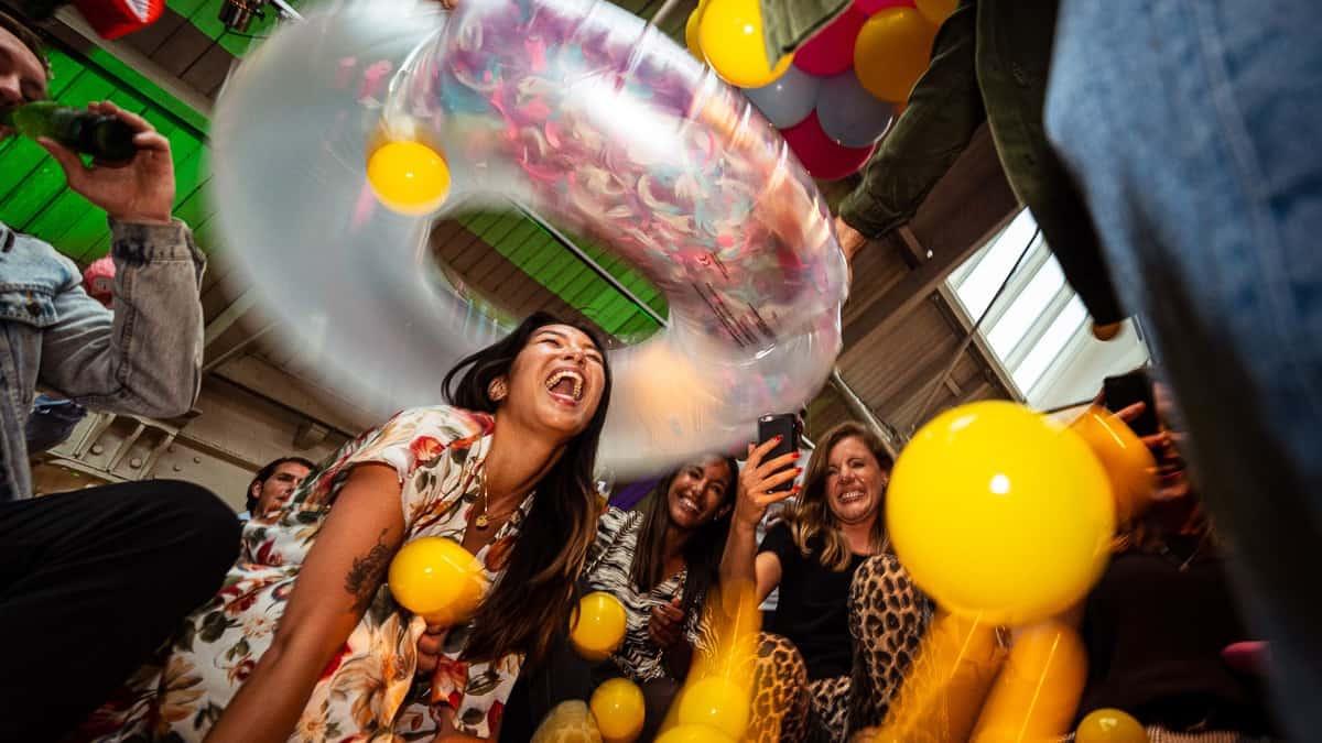 Feest der herkenning event RTL vrouw in ballenbak (foto-Tycho